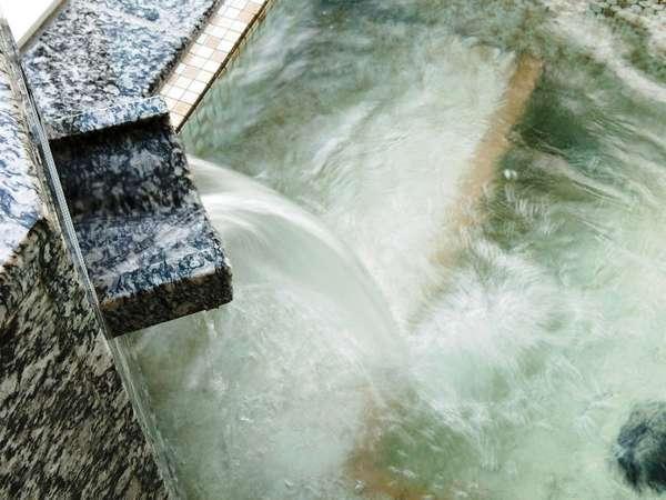 泉質はナトリウム・カルシウム、塩化物泉など疲労回復に効果あり【富良野温泉 紫彩の湯】