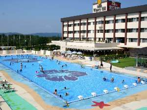 夏季のみ営業湯のロングプールで夏を満喫!