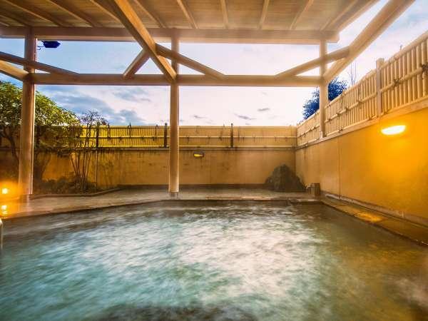露天風呂。上質のお湯は体の芯の疲れも癒してくれます。