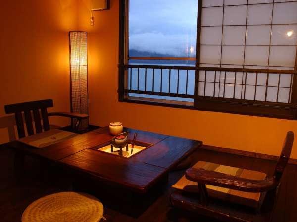◆阿寒湖を望む囲炉裏部屋。窓からの景色をお楽しみいただけます。