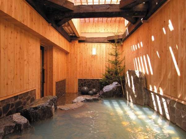 ◆源泉かけ流し100%の露天風呂。岩風呂をお楽しみください。