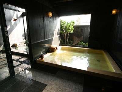 明治時代に建てられた蔵を改築した蔵の湯。ヒバ造りの内風呂と大理石を使用した露天風呂。