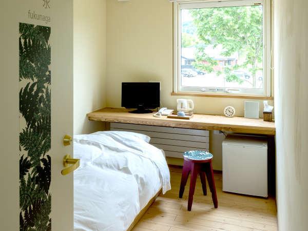 *客室一例/シングルルーム・木の風合いが心地良い、フローリングに和風ベッドスタイル