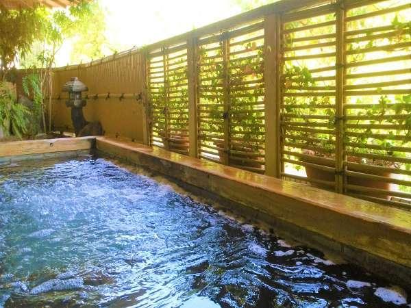 *無色無臭が特徴、単純アルカリ鉱泉の温泉は、少しとろみのあるお湯が優しく肌を包みます。