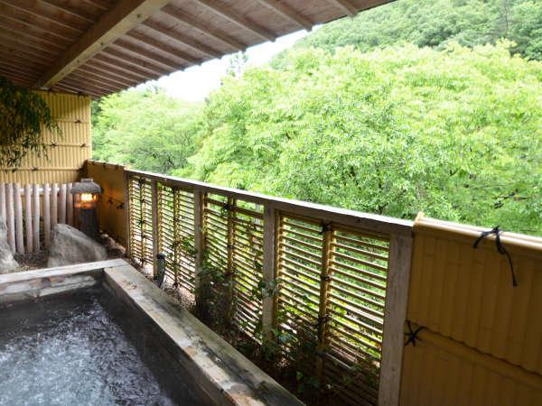 【温泉・男湯】露天風呂。春夏は新緑、秋は紅葉を楽しめます