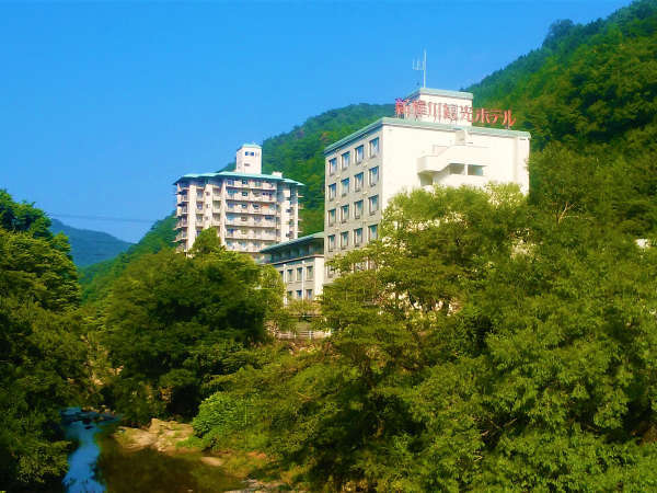 【外観】自然に囲まれたレトロな温泉ホテル