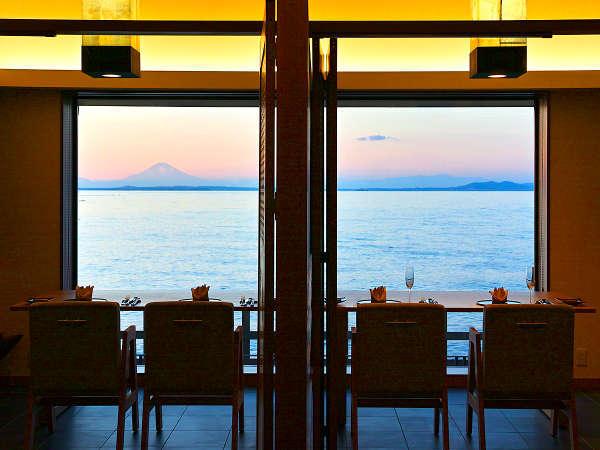 【レストラン】お食事は朝夕共に、オーシャンビューを望む個室のレストランにてご賞味