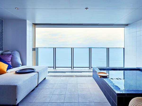【スーペリア】専用露天風呂で美しい東京湾のビューを望む贅沢な湯浴みをお楽しみください。