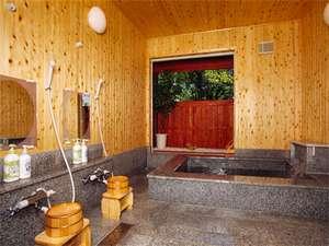 【貸切風呂】家族4人で入ってもゆったりのお風呂は天然温泉で体の芯までぽかぽかです。