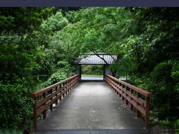 蛍の名所から「蛍橋」となりました(椎葉山荘玄関前)