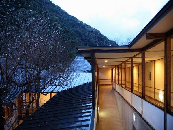 木の葉の鳴る音と川のせせらぎしか聞こえない山中の宿「椎葉山荘」