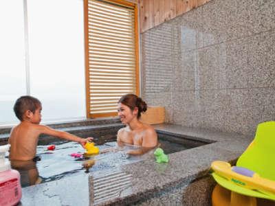 お子様も安心の軟水を使用した客室展望風呂でのんびりと湯浴みをお楽しみください