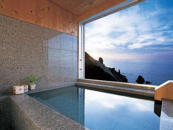 海側客室の客室風呂から絶景の海原がお楽しみいただけます。(客室内にご用意してる為窓がついております)