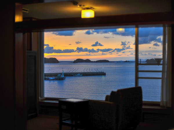 【全室オーシャンビュー】窓際にチェアやソファを配置し、空や海の情景の移り変わりをご堪能ください。