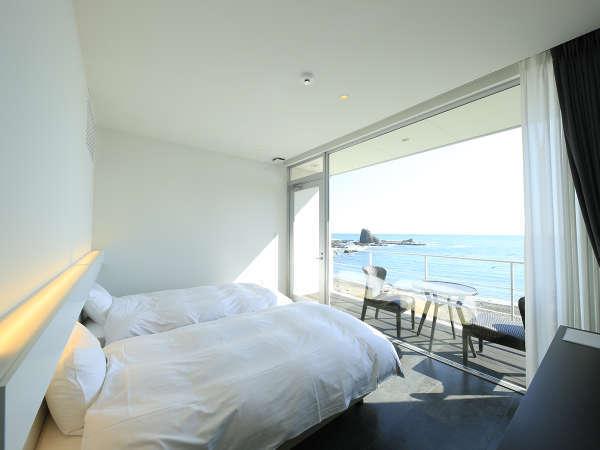 【ツインルーム】大きい窓で開放的!海を感じられる贅沢なお部屋です