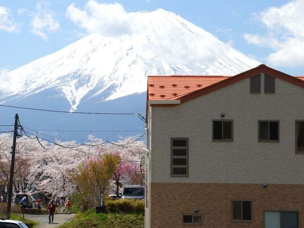 コテージと富士山