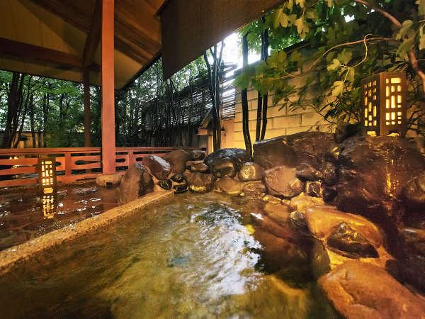 ■『聚楽第』露天風呂■温泉かけ流しの専用露天風呂。庭園を眺めながら入る自分だけの時間