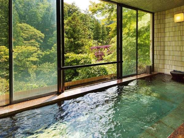 【川かぜの湯】四季の移ろいに合わせて色を変えるあやとりはしと鶴仙渓を眺めながらご入浴いただけます。