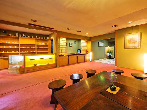 【ロビー】季節のお菓子屋、地域の名産品といったお土産の他、九谷焼の販売も取り扱っております。