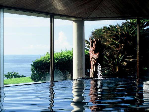 大きな窓から太平洋を望む大浴場。解放感いっぱいのお風呂で旅の疲れをリフレッシュ!