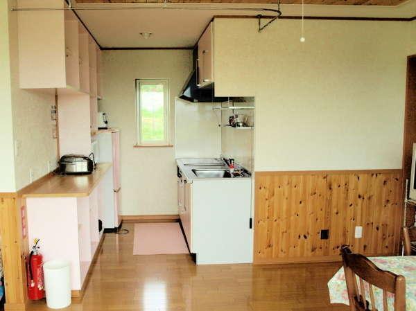 ステムキッチンと調理器具、食器がそろっています。地元食材を使って料理をお楽しみください