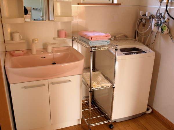 洗面室。長期滞在用に洗濯機・掃除機も完備