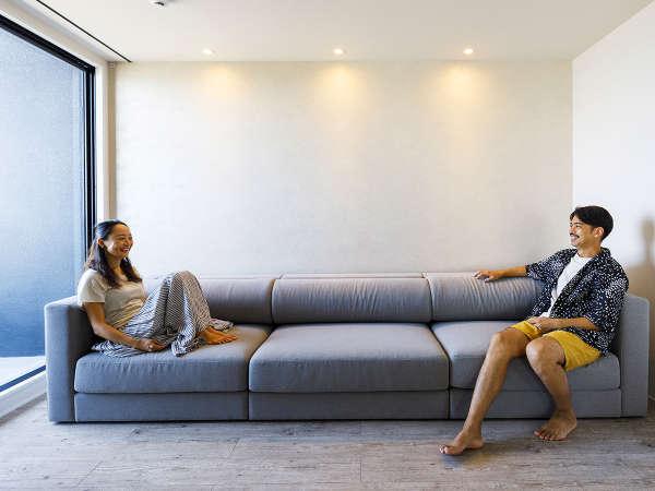 リビングいっぱいの大きなソファーで、カップルやご家族、皆様でごゆっくりお寛ぎ下さい。