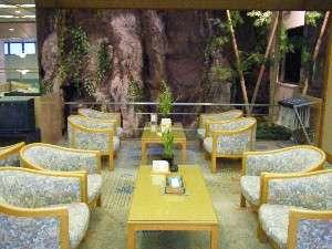 開放感のある二階ロビー(各テーブルには山野草が飾られている)