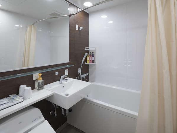 【バスルーム】従来のコンフォートホテルより少し広く設計されたバスルーム