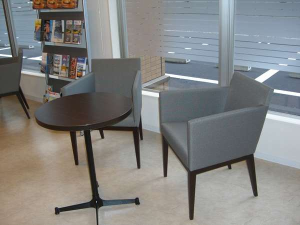 ロビーにはソファータイプの椅子もございますので待ち合わせにもどうぞ♪