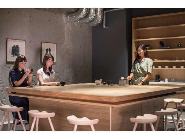 【TEA TABLE】3F・5Fには、宿泊者同士が交流していただける「TEA TABLE」をご用意しております