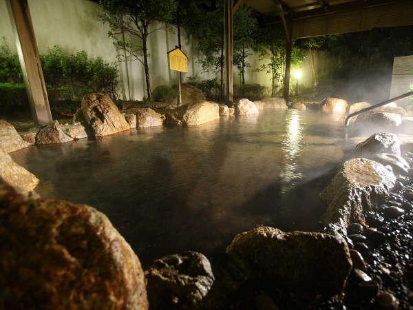 大浴場露天風呂/地下一階・露天温泉岩風呂「宮津の湯らゆら温泉」夜の風景一例。