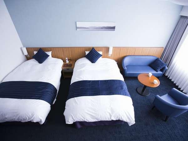 海をイメージした爽やかな装いの最上階洋室ツイン「スーペリアリゾート」一例。