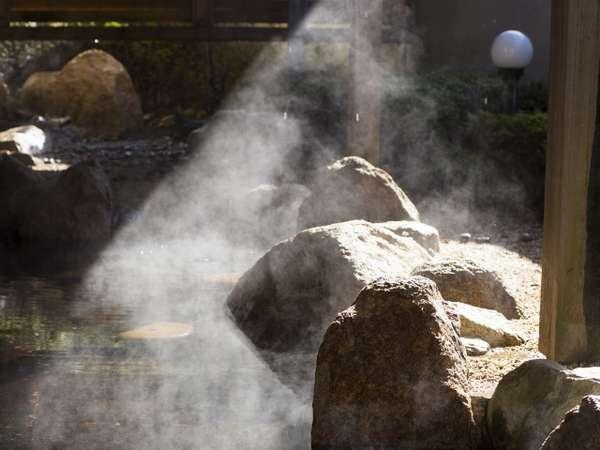大浴場露天風呂/地下一階・露天温泉岩風呂「宮津の湯らゆら温泉」差し込む朝日に憩いのひととき。