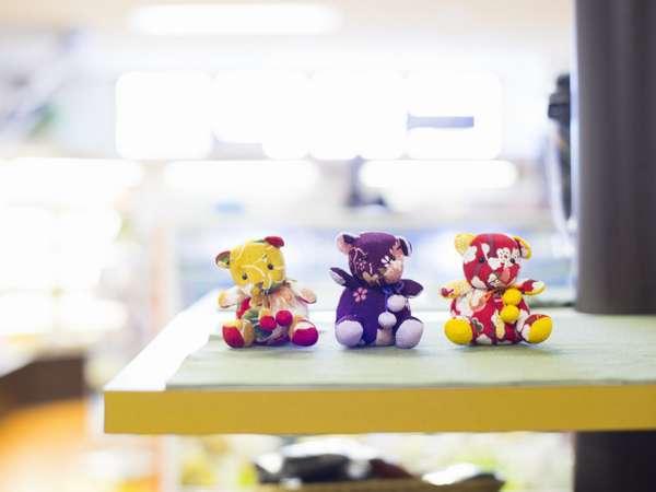 ショッピングプラザ/伝統工芸「丹後ちりめん」を使用したお土産は人形から小物まで多岐に渡ります。