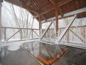 絶景の雪見風呂 しんしんと降る雪が心のごちそうです。