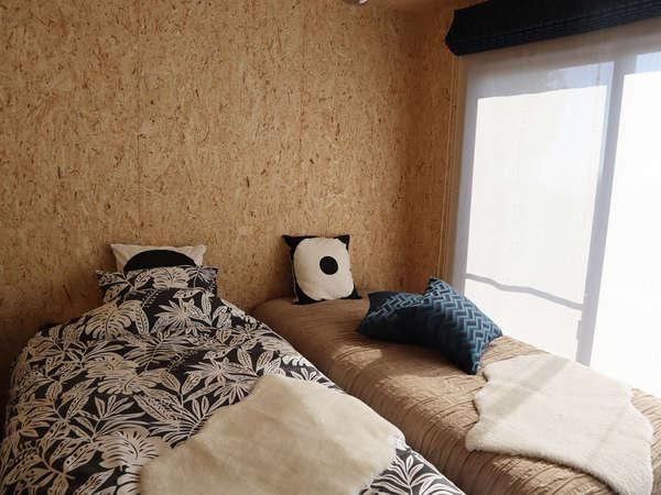キャビン内にはシングルベッドが2台あります