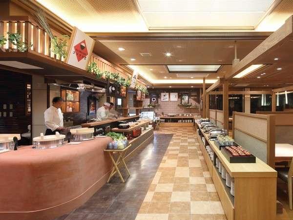 ダイニングKOOBEIのオープンキッチン。目の前で料理するライブ感の迫力は最高です。