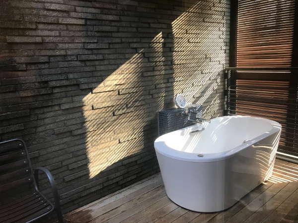 【バスルーム】デラックスM、スーペリアVMのお部屋には露天風呂がついております。