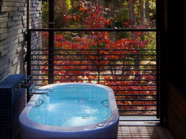 【スーペリア VM(74平米/テラス付メゾネット/定員2~4名/1-2階)】2階テラスの露天風呂。