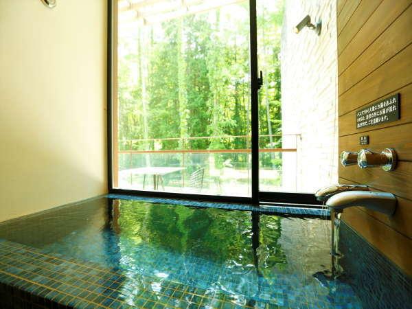 【バスルーム】タイプC以外のお部屋では、露天風呂以外にも、全室温泉の内風呂もお楽しみいただけます。