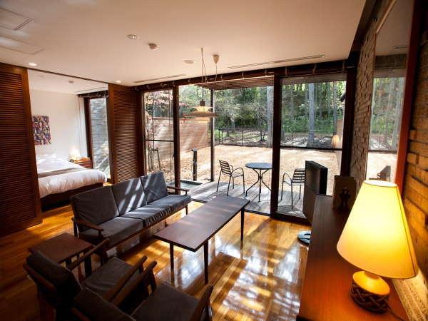 懐かしさを感じるヴィンテージ家具が並ぶ。富士の森の光が部屋を暖かく包み込む、居心地よい空間。