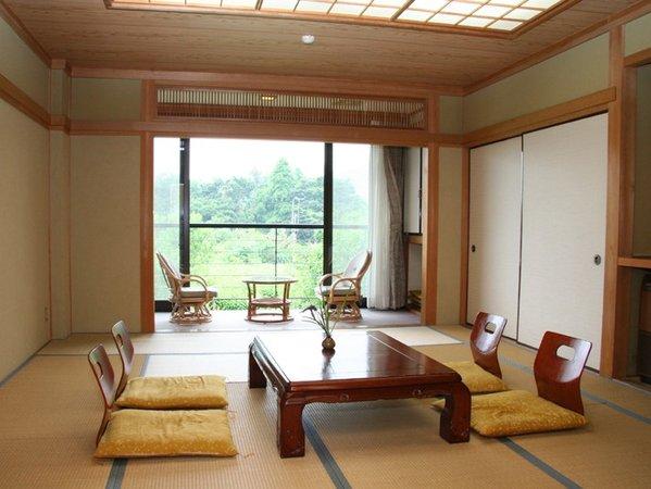 *大きくとった窓から明るい光が差し込む、開放的な和室のお部屋。(客室一例)