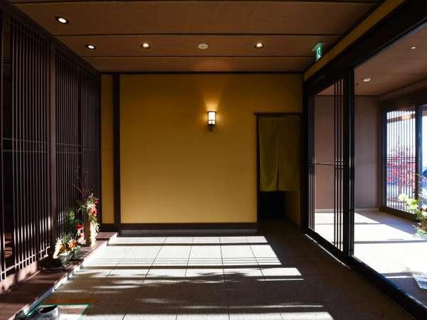 やわらかな琵琶湖からの光が差し込むエントランス