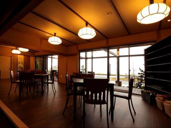 カフェ:和のテイストも取り入れた、外を眺めながらずっと居たくなるような、居心地いいカフェです