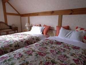 花柄に整えた、清潔でふかふかのベッドをご用意。