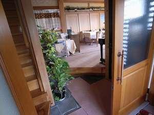ドアを開けると、右手にレストラン、左手には部屋への階段が。