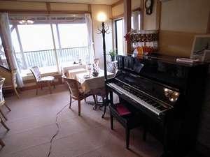 ピアノの置かれたレストラン