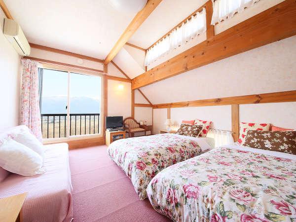 ・2階にあるお部屋は2室のみ。3-4名様でのご宿泊時はエキストラベッドをご用意します。