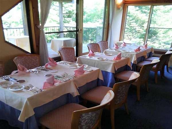 ・レストラン内の様子。お席は人数に合わせて配置しています。